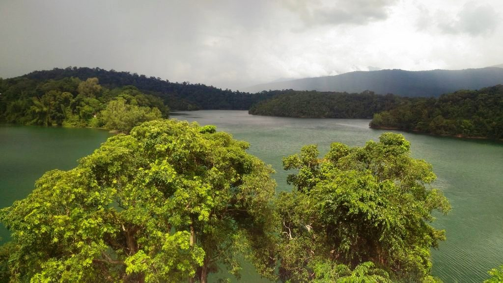 живописное озеро Нейяр